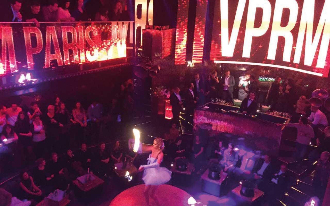 VIP ROOM - Einer der wohl exklusivsten Clubs. Der VIP ROOM befindet sich in der rue de Rivoli. Wer gerne spontan auf Stars und Sternchen treffen möchte, ist hier an der richtigen Adresse. Bekannte DJs, wunderbare Tänzerinnen und einen Drink führen zu einer unvergesslichen Stimmung. Ein solcher Abend bleibt einem in Erinnerung.