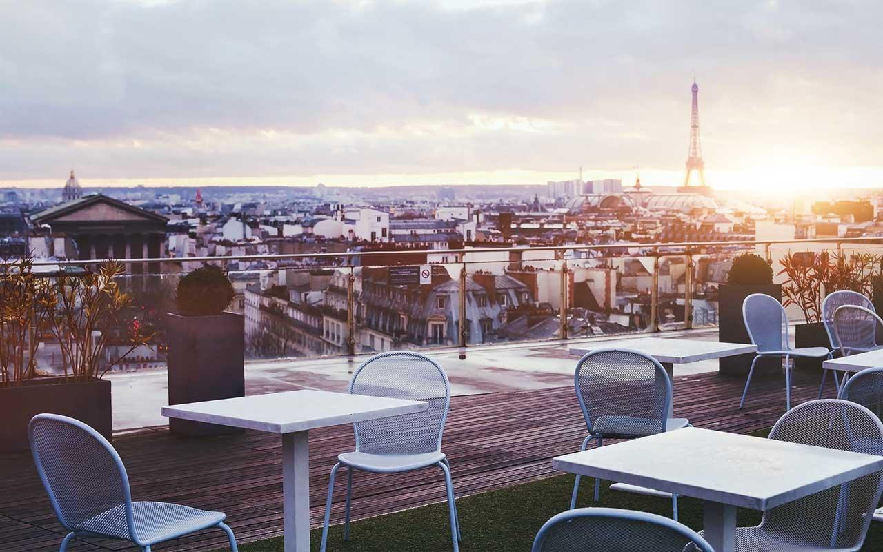 Nach ausgelassenen Partynächten, gibt es duzende wunderschöne Plätze, um das schöne Ambiente von Paris zu geniessen. Zum Beispiel an der Seine, oder auf einer Wiese mit wundervollem Blick auf den Tour d'Eiffel.
