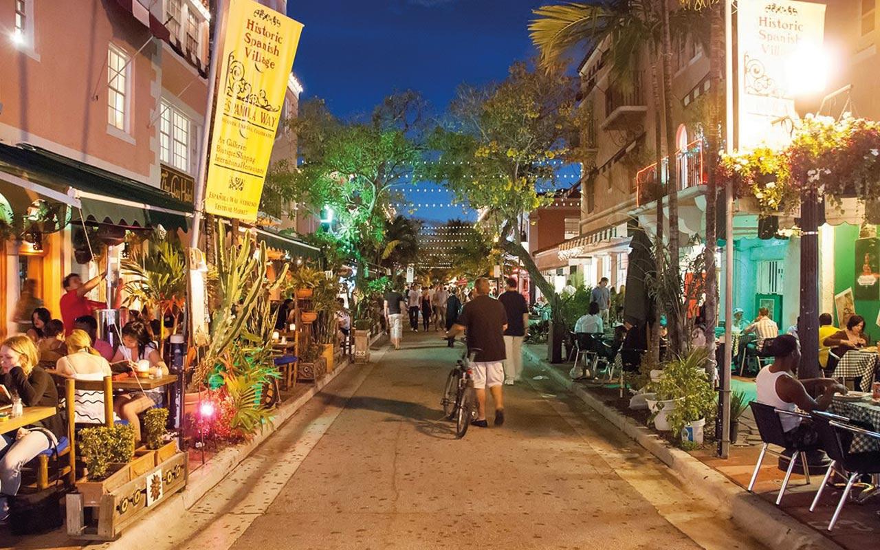 Zwischen der 14th und 15th Straße, Ecke Washington Avenue liegt der Espanola Way. Hier kann man sehr entspannt Essen und Trinken. Im Espanola Way gibt es Spanische, Mexikanische und Italienische Restaurants.