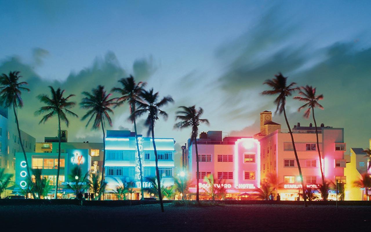 Entlang des Ocean Drive reihen sich die schönsten Häuser im mediterranen bis Art Deco-Style aneinander. In der Nacht verwandlet sich die Strasse dann in eine Partymeile.